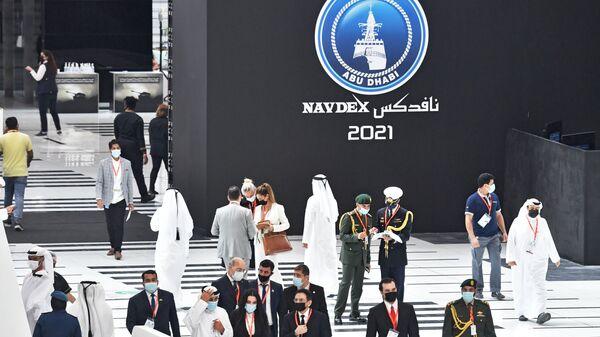 Посетители выставки оборонной промышленности IDEX-2021 в Абу-Даби - Sputnik Italia