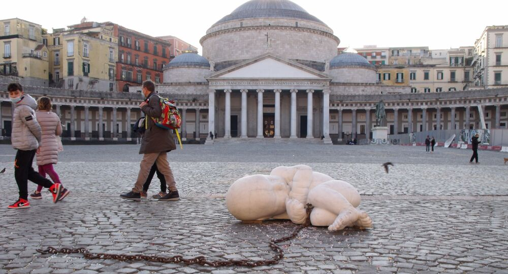Piazza del Plebiscito Napoli, ragazzo in mascherina