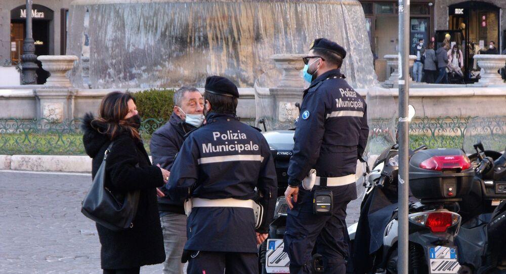 Polizia municipale di Napoli conversa con cittadini