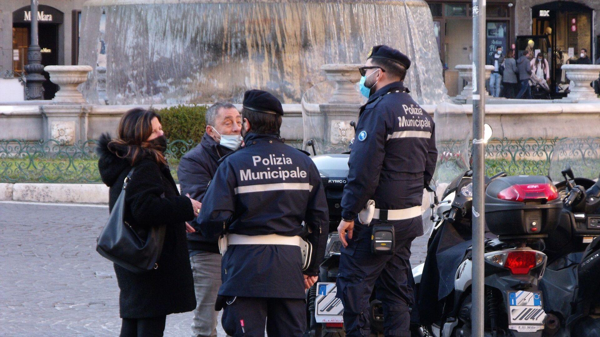 Polizia municipale di Napoli conversa con cittadini  - Sputnik Italia, 1920, 29.05.2021