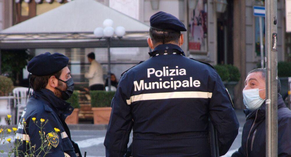 Napoli polizia municipale, uomo in mascherina