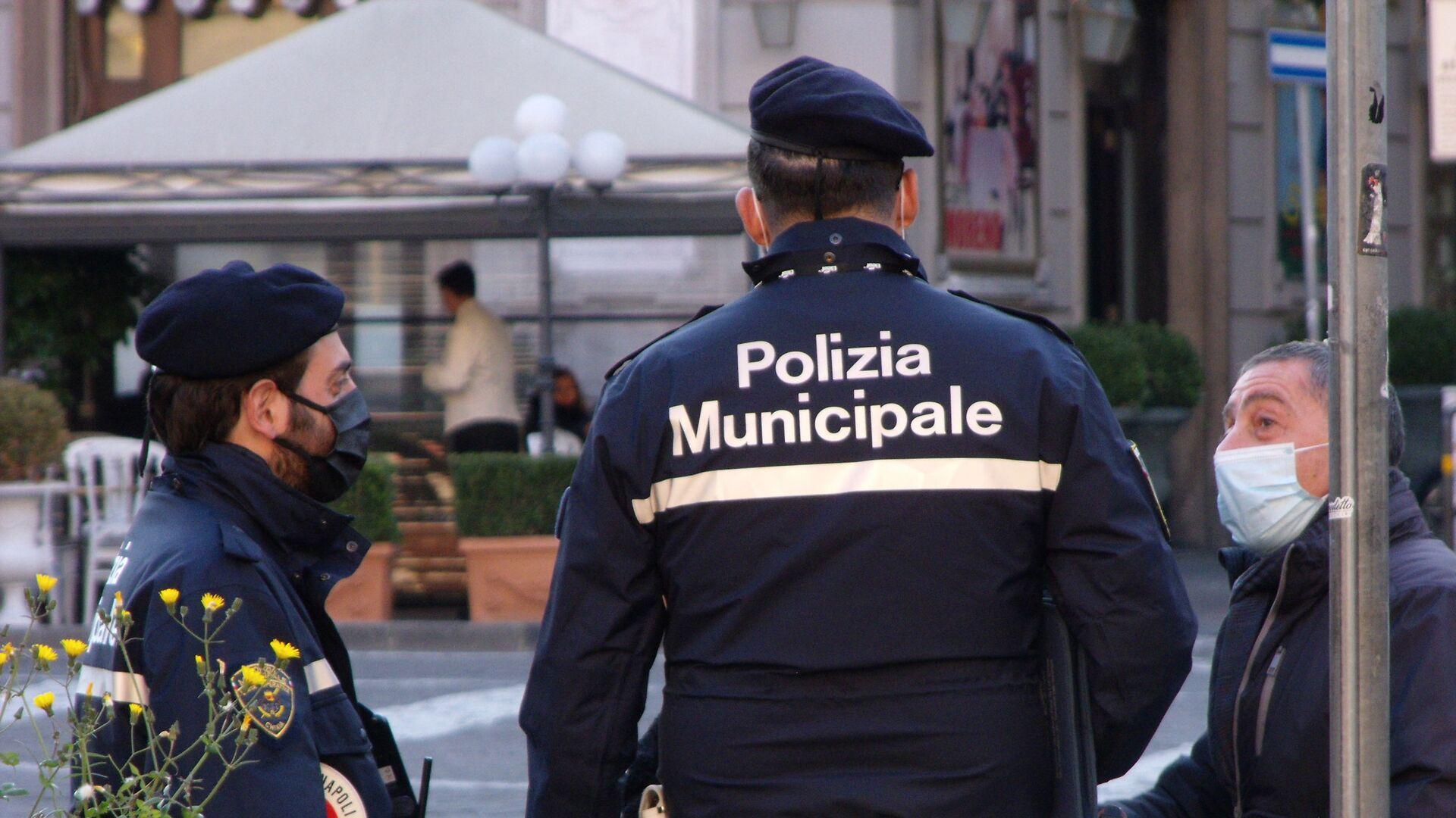 Napoli polizia municipale, uomo in mascherina  - Sputnik Italia, 1920, 05.03.2021