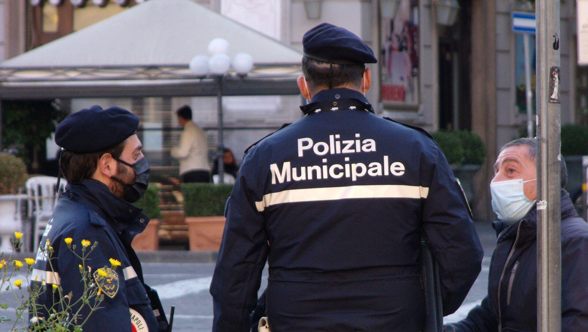 Napoli polizia municipale, uomo in mascherina  - Sputnik Italia, 1920, 05.04.2021