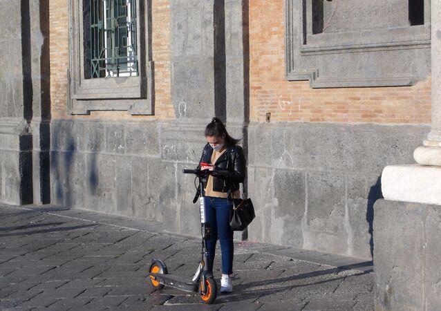 Piazza Plebiscito, ragazza in mascherina