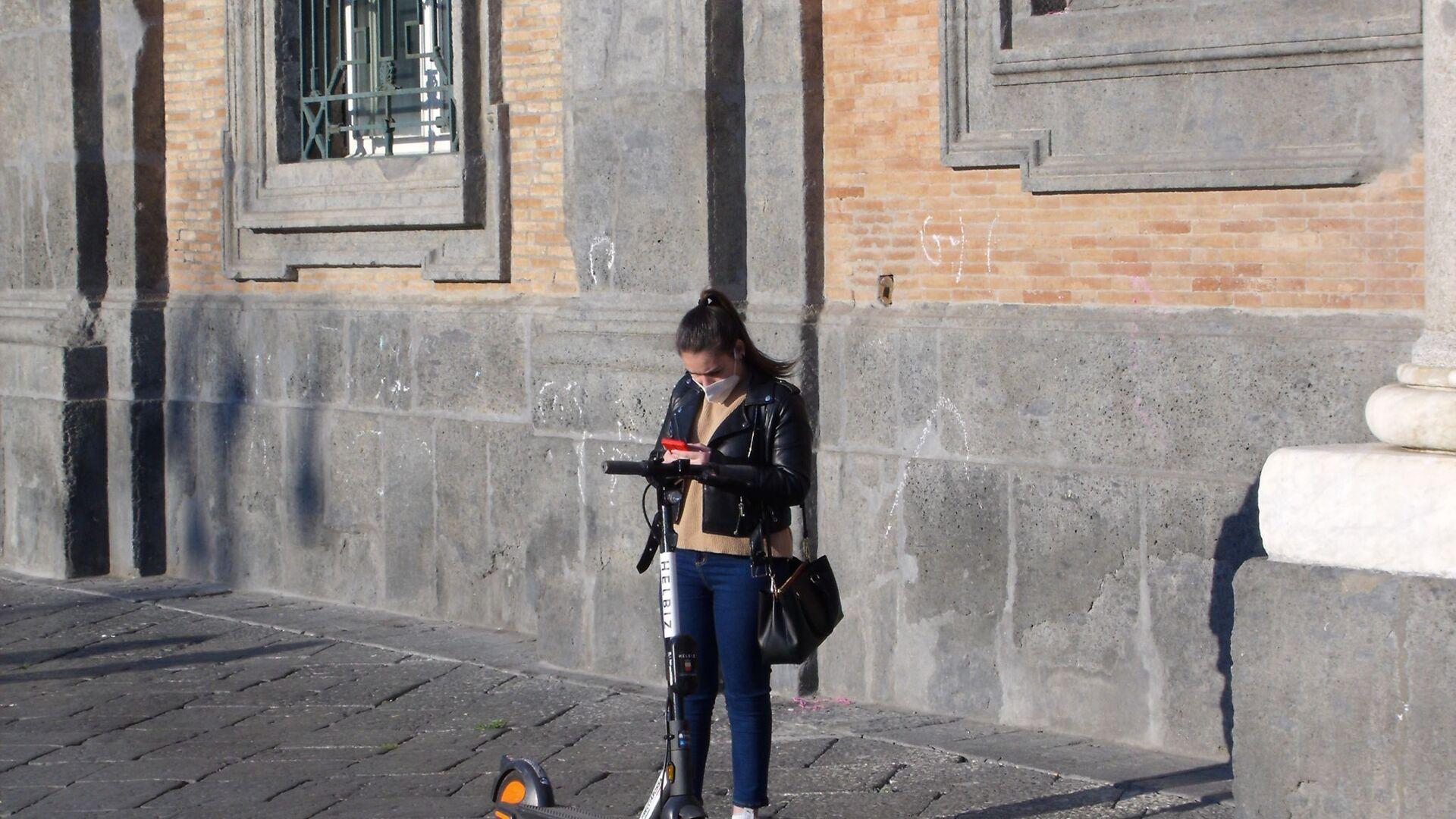 Piazza Plebiscito, ragazza in mascherina - Sputnik Italia, 1920, 05.09.2021