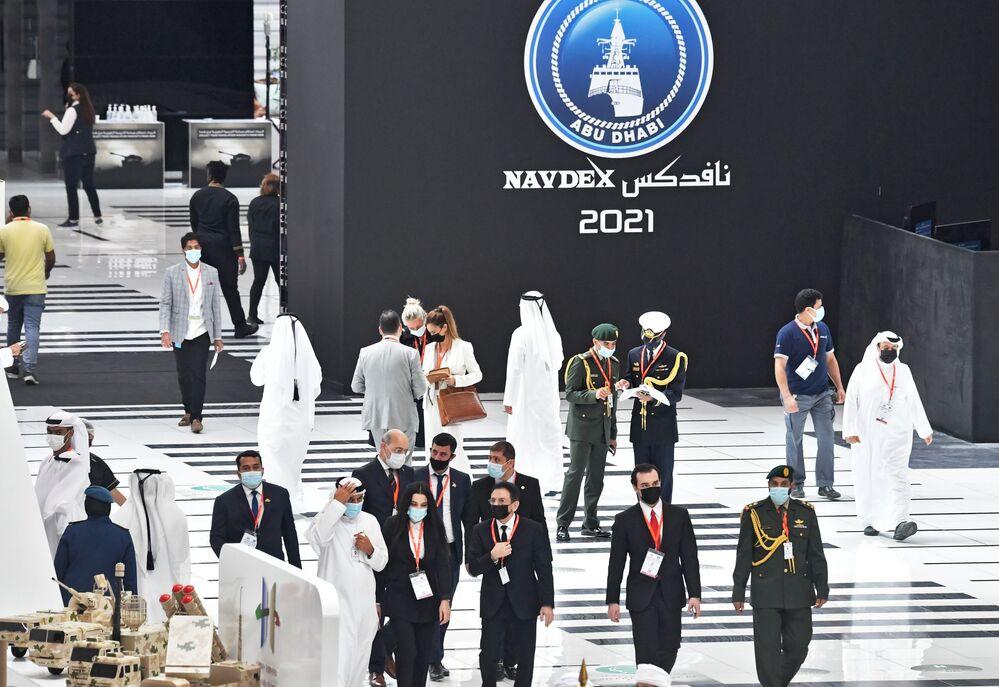 Visitatori alla fiera internazionale di armi IDEX 2021 ad Abu Dhabi