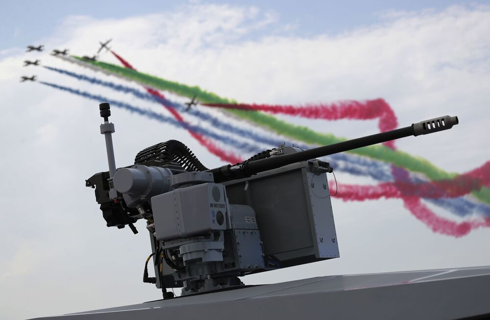Squadra acrobatica dell'aeronautica militare degli Emirati Arabi Uniti alla fiera internazionale di armi IDEX 2021 ad Abu Dhabi
