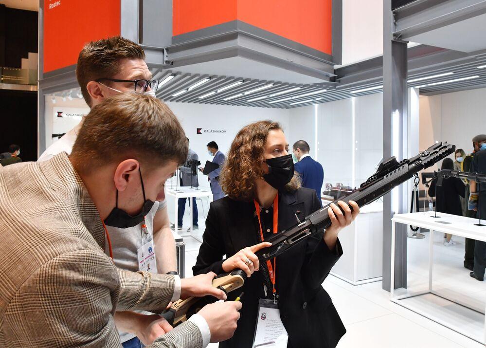 Il fucile smart MP-155 Ultima del gruppo Kalashnikov alla fiera dell'industria della difesa IDEX-2021 ad Abu Dhabi