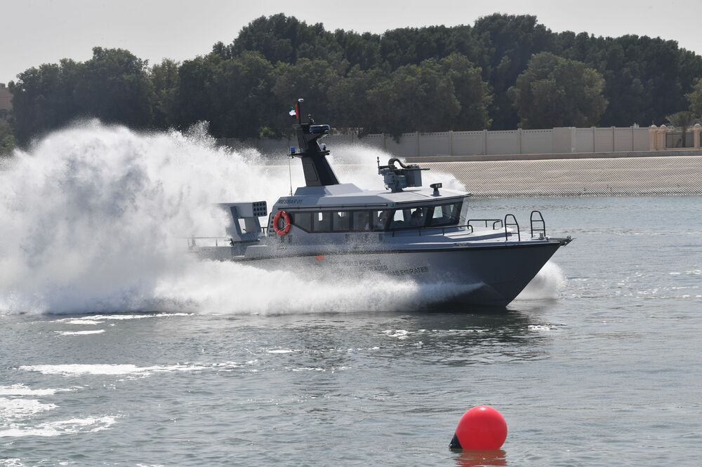 Esposizione di una barca multifunzionale alla fiera internazionale di armi IDEX-2021 ad Abu Dhabi