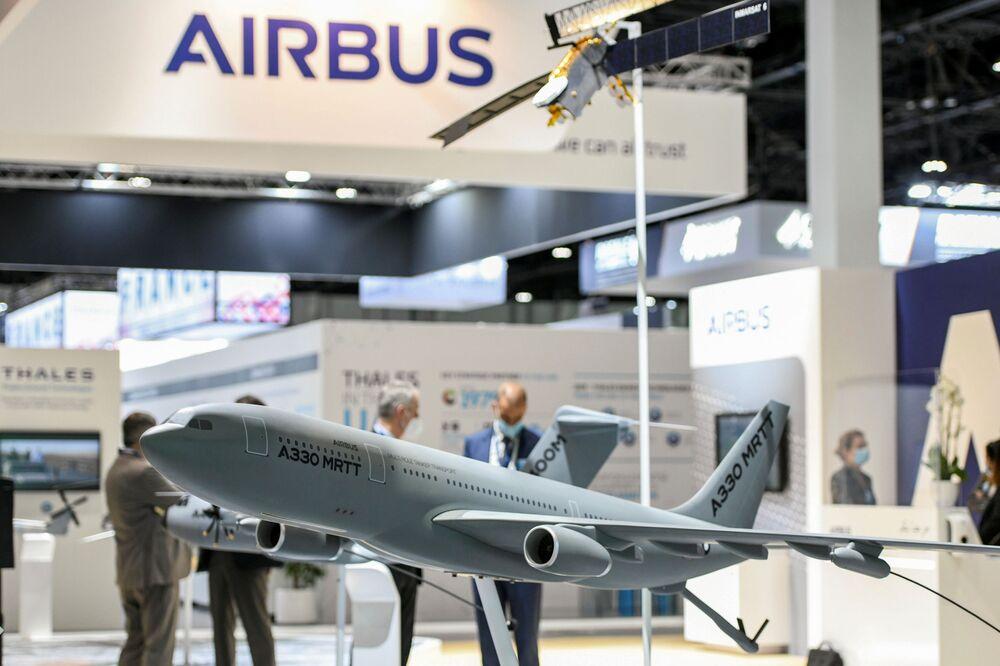 Un modello di aeroplano alla fiera internazionale di armi IDEX 2021 ad Abu Dhabi