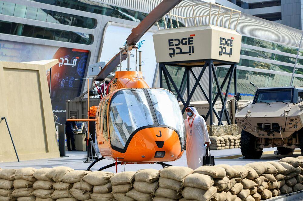 Elicottero alla fiera dell'industria della difesa IDEX-2021 ad Abu Dhabi