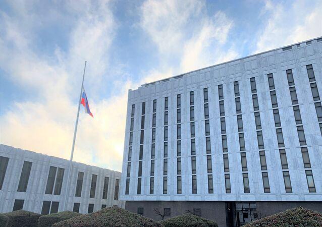Ambasciata russa a Washington con la bandiera a mezz'asta