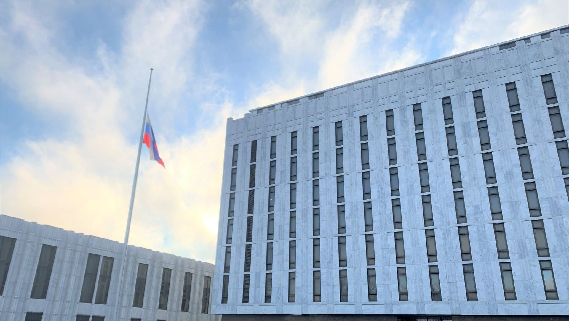 Russian Embassy in US lowered its flag as a sign of solidarity with the American people mourning the loss of more than 500,000 lives due to the coronavirus pandemic - Sputnik Italia, 1920, 23.02.2021