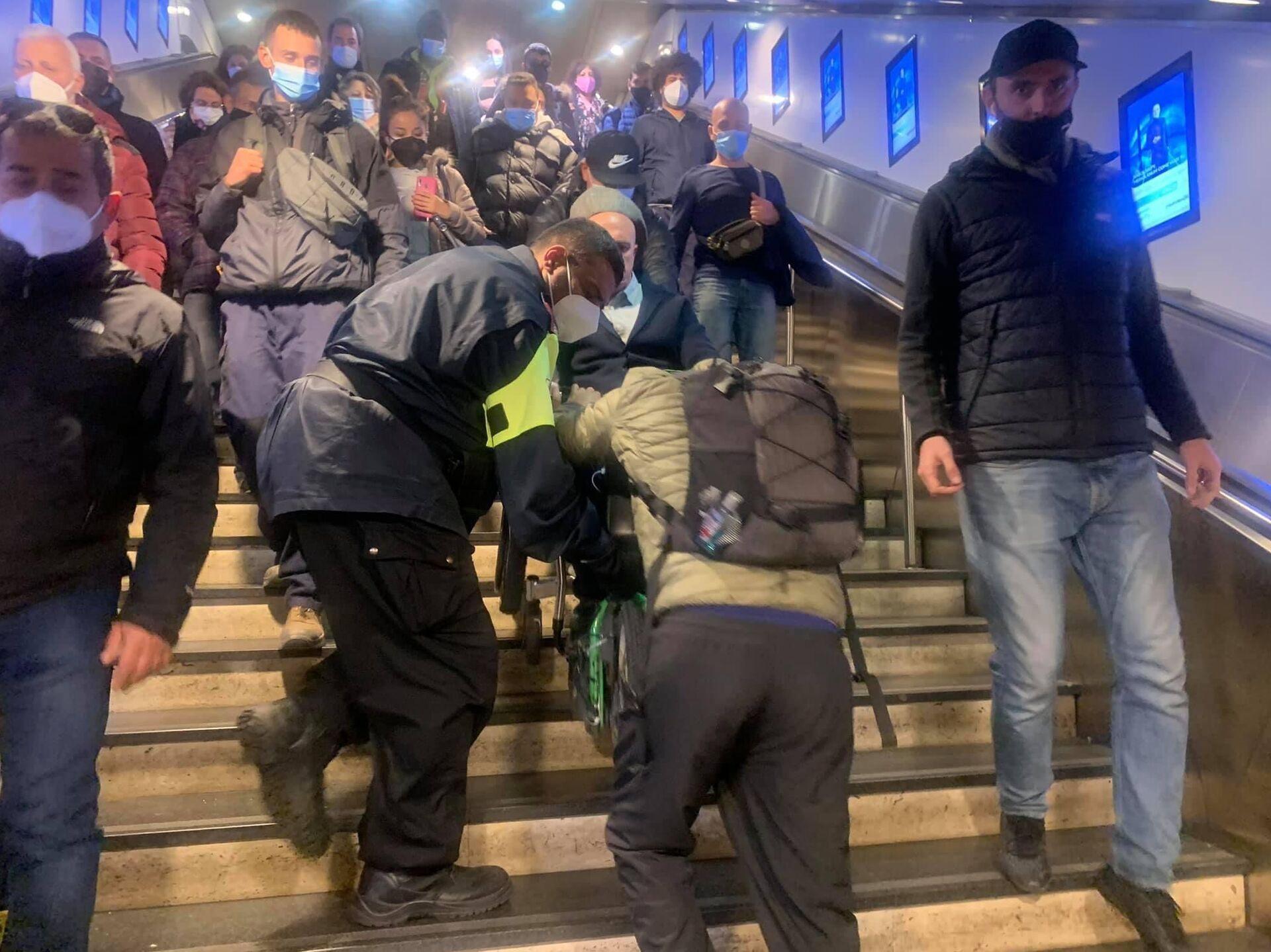 Stazione Termini da incubo: disabile portato a spalla perché gli ascensori sono fuori uso - Sputnik Italia, 1920, 23.02.2021