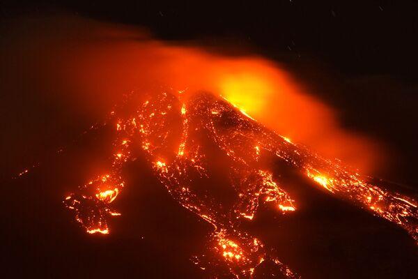 Le fontane di lave sull'Etna, il vulcano più attivo dell'Europa - Sputnik Italia