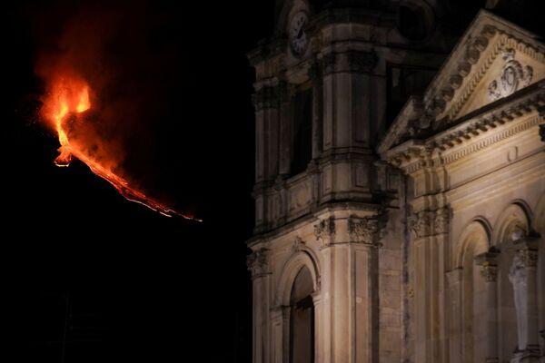L'esplosione del vulcano Etna è stata vista dai posti diversi - Sputnik Italia