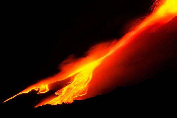 Le fontane di magma sono state scese dal vulcano. È uno delle diverse colate - Sputnik Italia