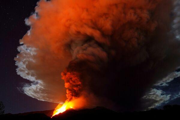 Le fontane di fuoco e il fumo dall'esplosione dell'Etna - Sputnik Italia