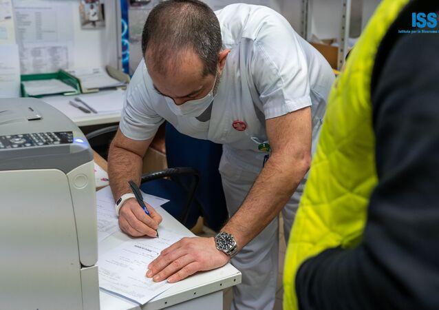 Il medico riceve il vaccino russo Sputnik V a San Marino
