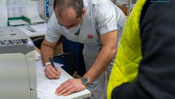 Il medico riceve il vaccino russo Sputnik V a San Marino - Sputnik Italia