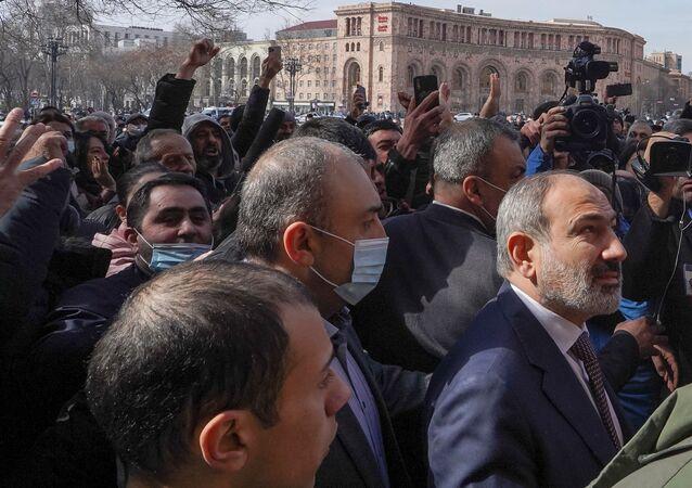 Premier armeno Nikol Pashinyan in piazza con suoi sostenitori