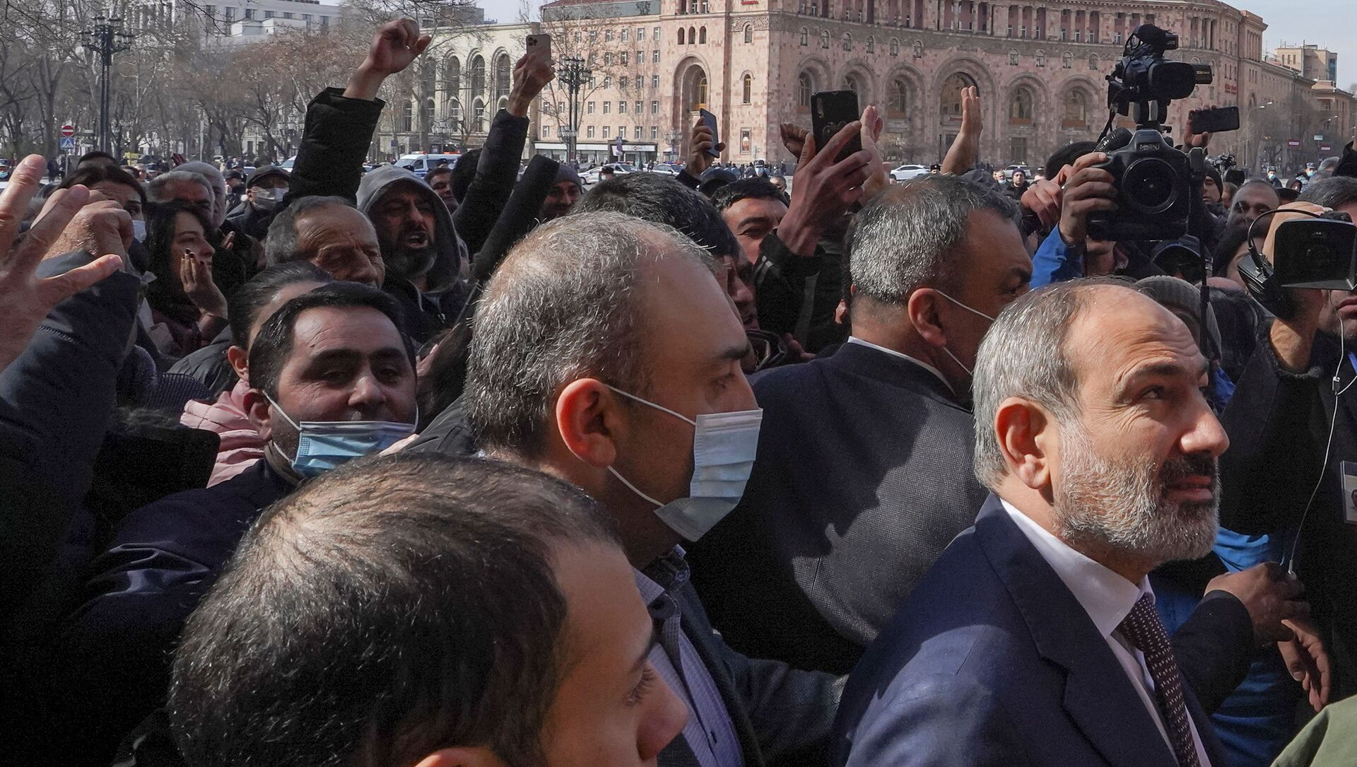 Armenian Prime Minister Nikol Pashinyan meets with participants of a gathering after he called on followers to rally in the centre of Yerevan, Armenia February 25, 2021 - Sputnik Italia, 1920, 13.03.2021