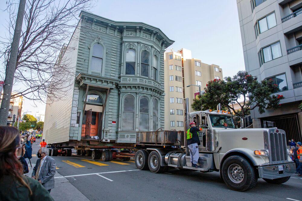 Il camion sta portando un palazzo vittoriano, che è stato costruito 139 anni fa, al nuovo indirizzo a San Francisco