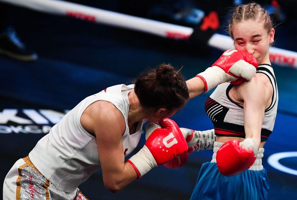 Fatima Dudieva e Tatyana Alekseeva durante il match di pugilato a Vegas City Hall