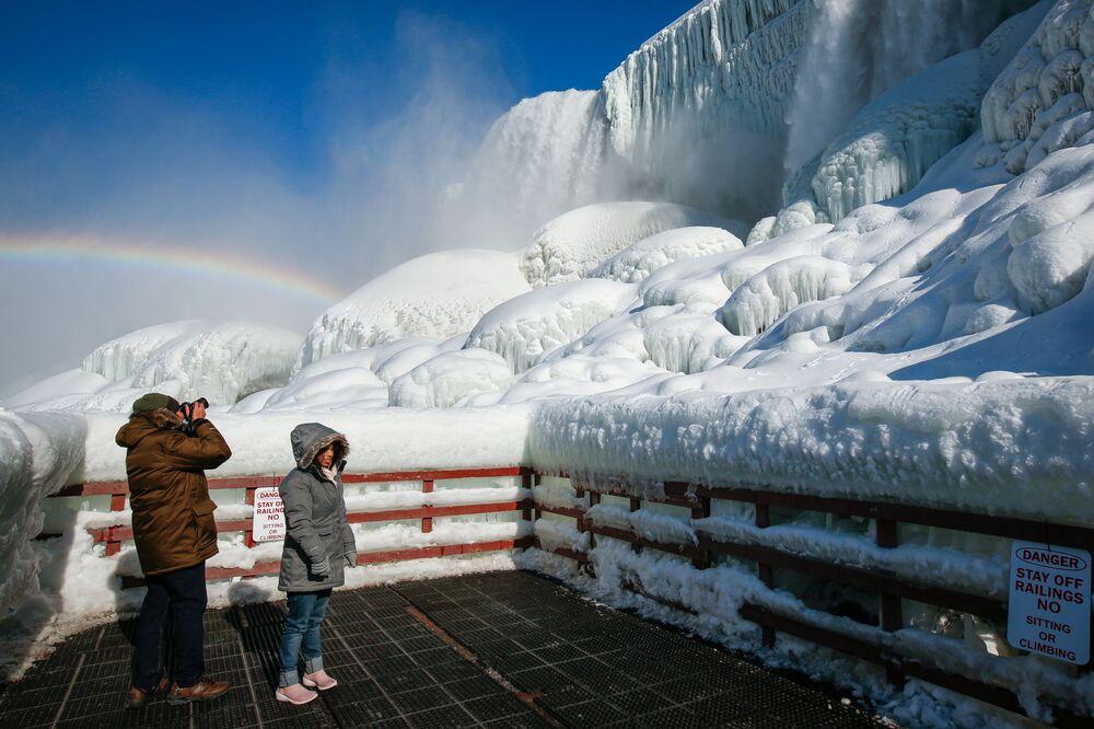 Le persone hanno visto un bel paesaggio delle cascate del Niagara