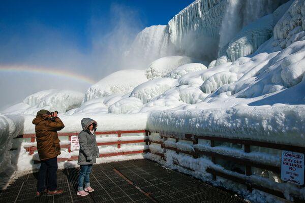 Le persone hanno visto un bel paesaggio delle cascate del Niagara  - Sputnik Italia