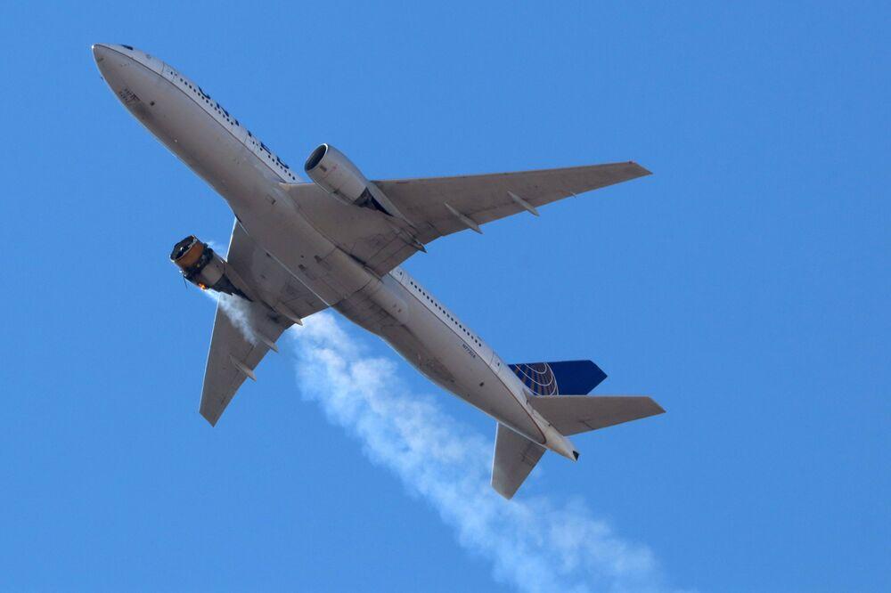 Dopo la partenza da Denver un Boeing 777 della United Airlines diretto a Honolulu ha preso fuoco.