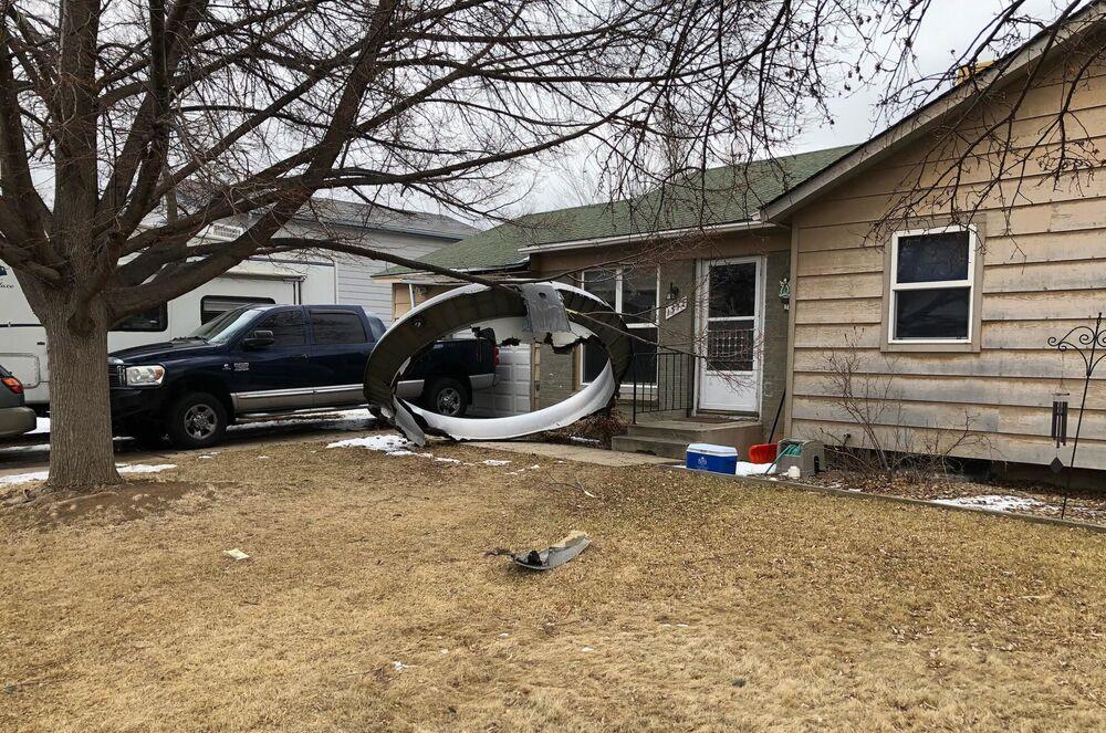 Le parti di un aereo Boeing 777 della United Airlines che ha preso fuoco sono stati trovati vicino a Denver, a Broomfield