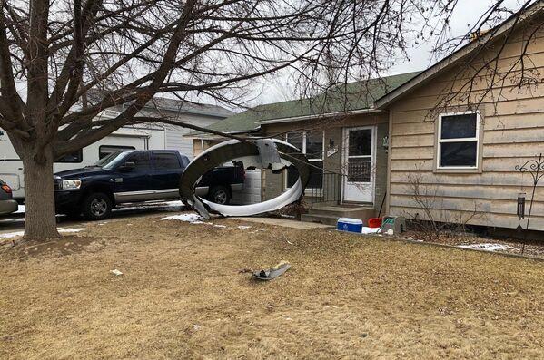 Le parti di un aereo Boeing 777 della United Airlines che ha preso fuoco sono stati trovati vicino a Denver, a Broomfield  - Sputnik Italia