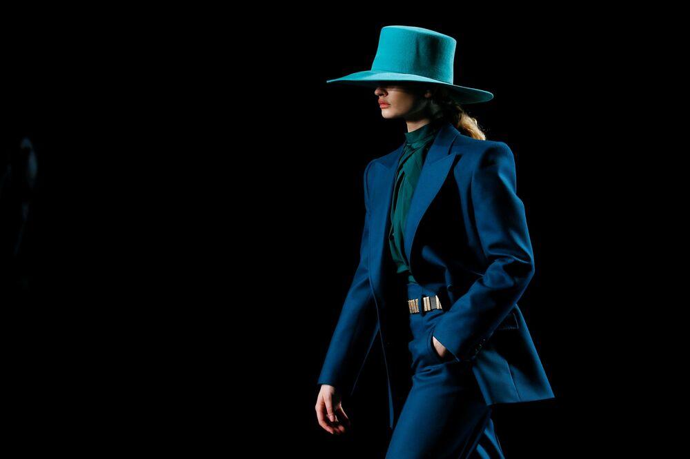 Un modello presenta la collezione di Alberta Ferretti durante la settimana di moda a Milano, Italia