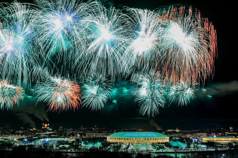 I fuochi d'artificio festivi in onore del Giorno dei difensori della Patria a Mosca, 23 febbraio 2021