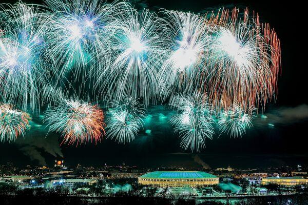 I fuochi d'artificio festivi in onore del Giorno dei difensori della Patria a Mosca, 23 febbraio 2021 - Sputnik Italia
