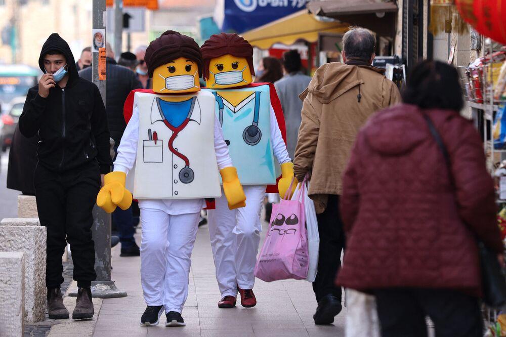 La gente indossa gli abiti dei Lego a Gerusalemme onore della festività ebraica di Purim