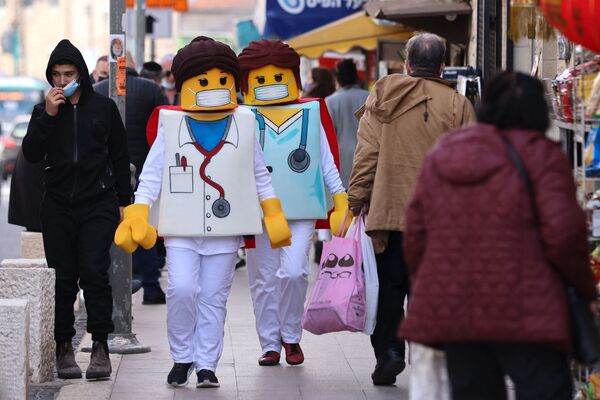 La gente indossa gli abiti dei Lego a Gerusalemme onore della festività ebraica di Purim - Sputnik Italia