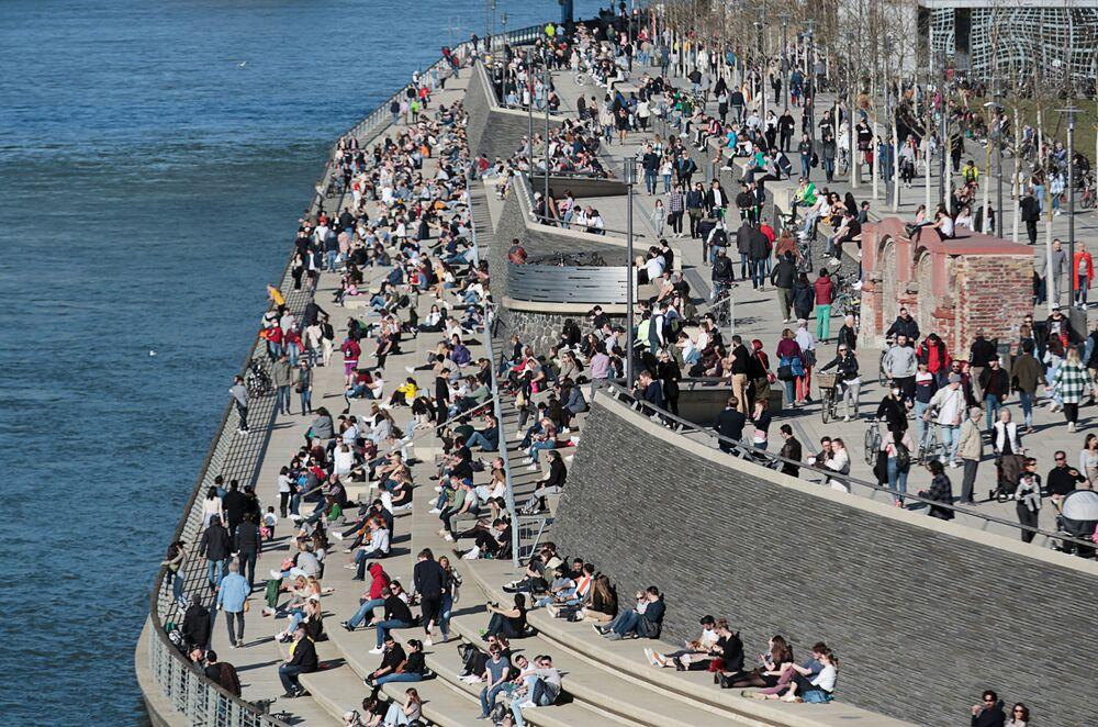 La gente passa il tempo sul lungomare a Colonia