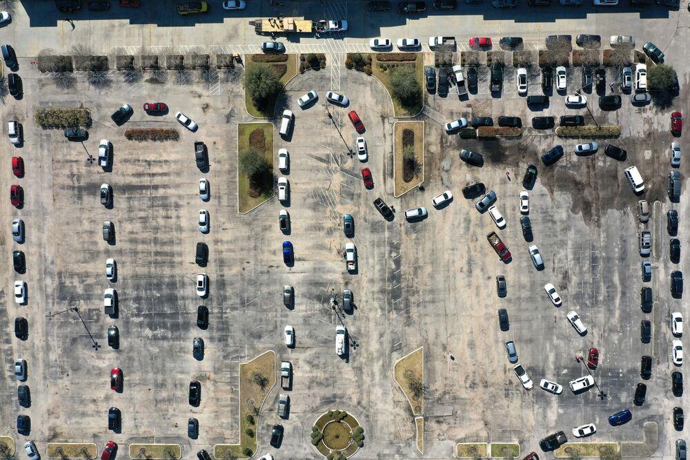 Una vista aerea delle auto che si sono messe in fila per ricevere l'acqua in Texas