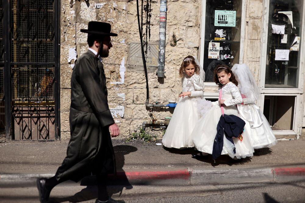 Delle ragazze indossano gli abiti da sposa in onore della festività ebraica di Purim