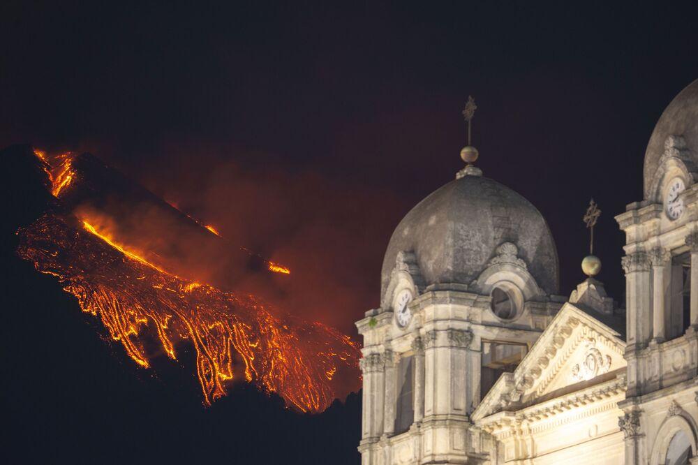 La nuova eruzione dell'Etna in Sicilia