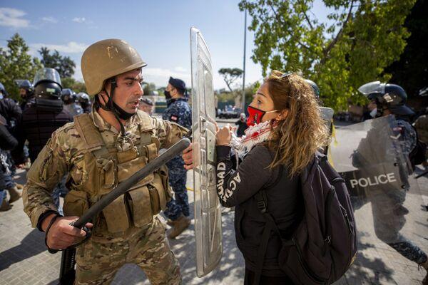 C'è stato uno scontro tra le forze dell'ordine e i protestanti a Beirut, in Libano - Sputnik Italia