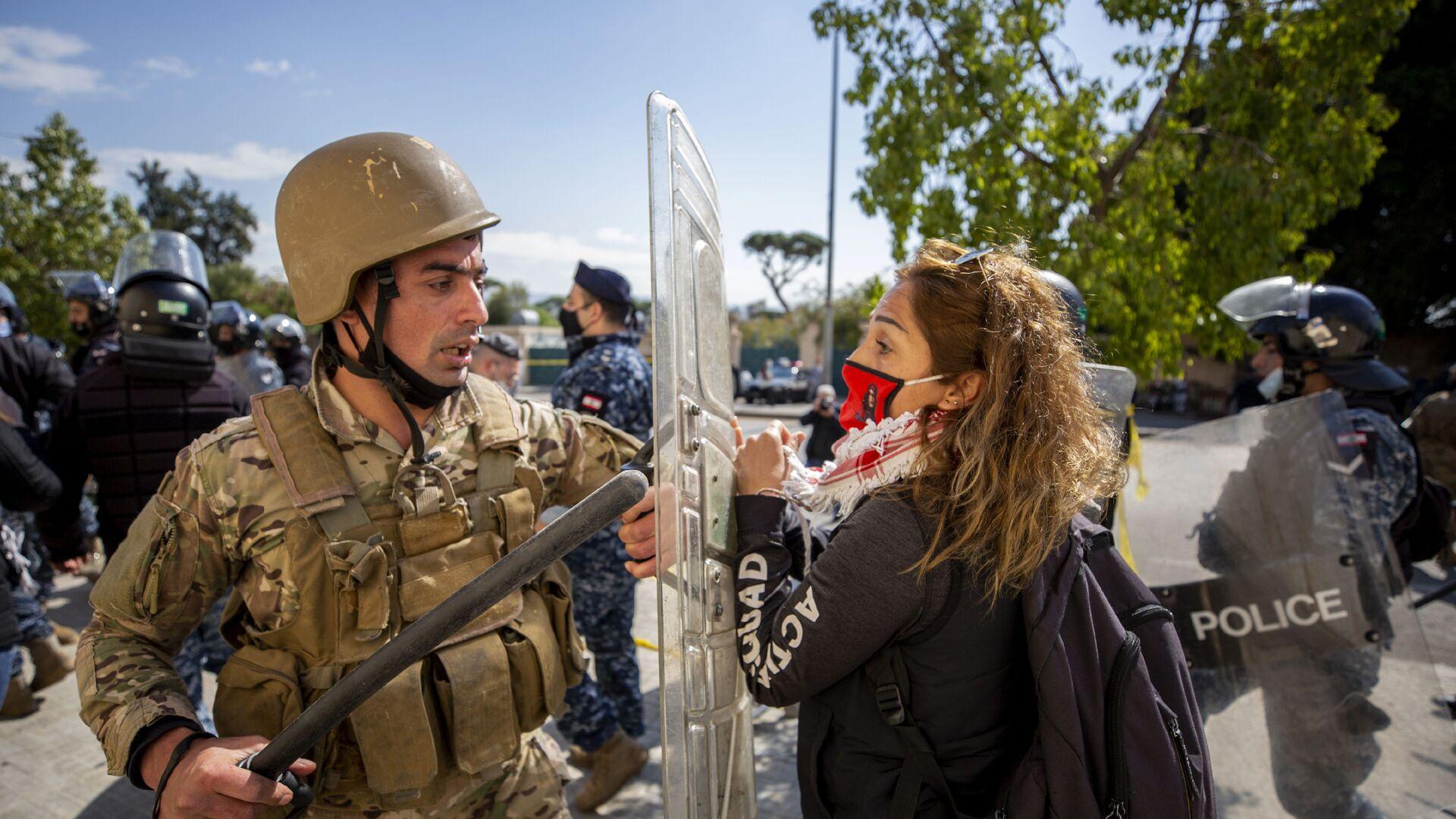 Стычка между силами правопорядка и протестующими в Бейруте, Ливан - Sputnik Italia, 1920, 17.08.2021