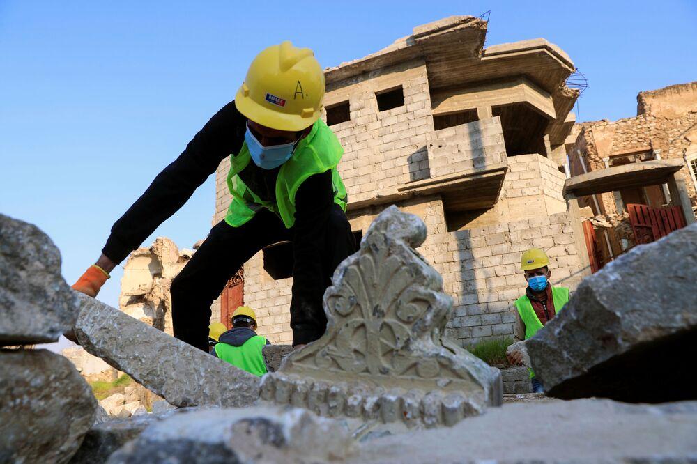 I lavoratori dell'UNESCO con le lastre di marmo