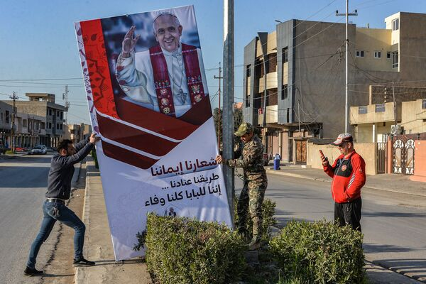 L'installazione del banner per la visita del Papa Francesco a Ninive - Sputnik Italia