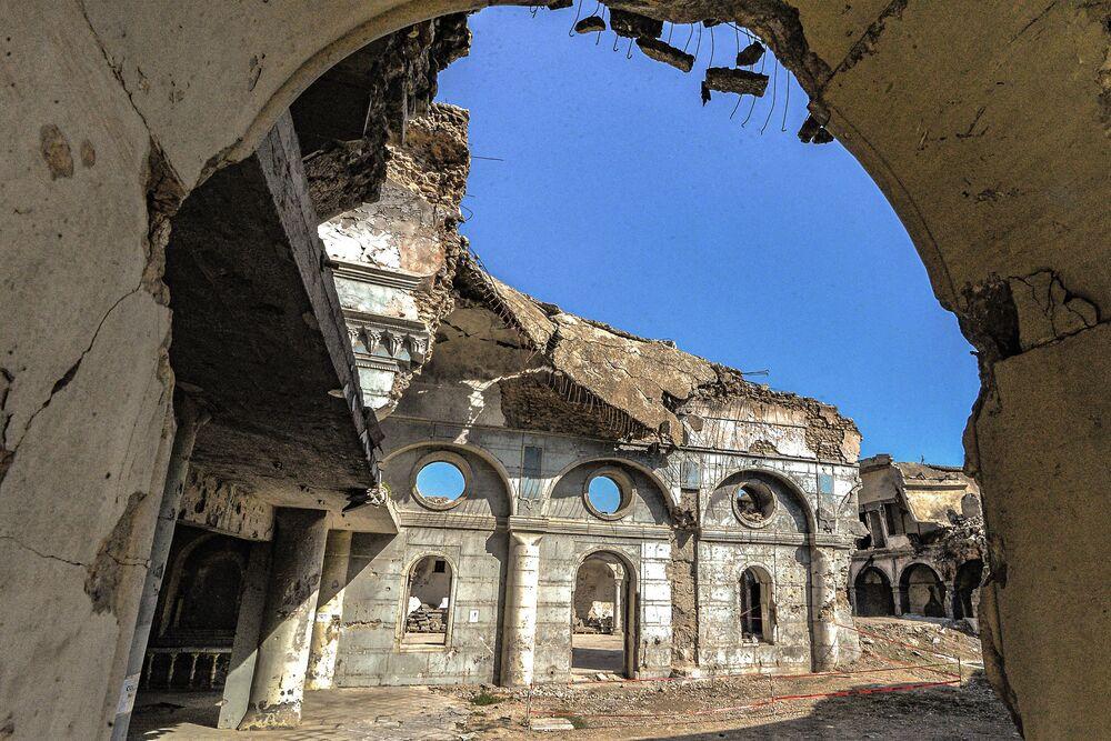 I muri distrutti della chiesa cattolica sira a Mosul
