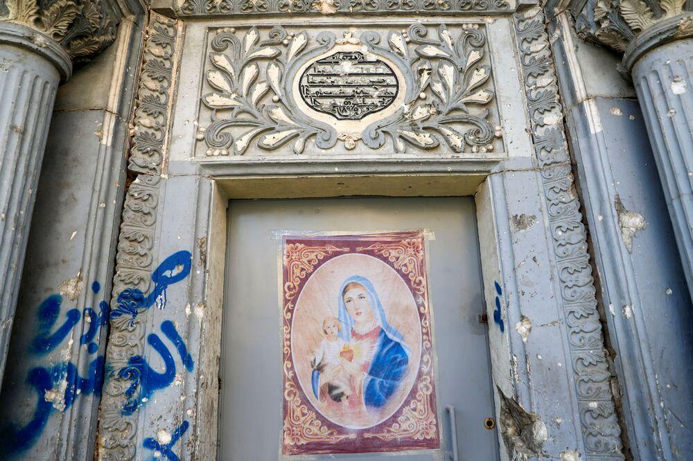 Il poster di Maria di Nazareth sulla porta della chiesa a Mosul