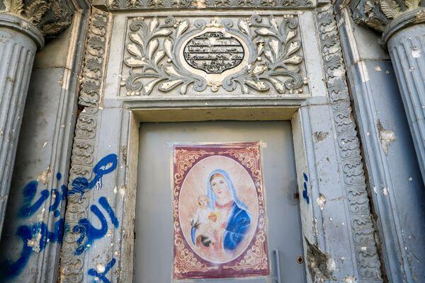 Il poster di Maria di Nazareth sulla porta della chiesa a Mosul - Sputnik Italia
