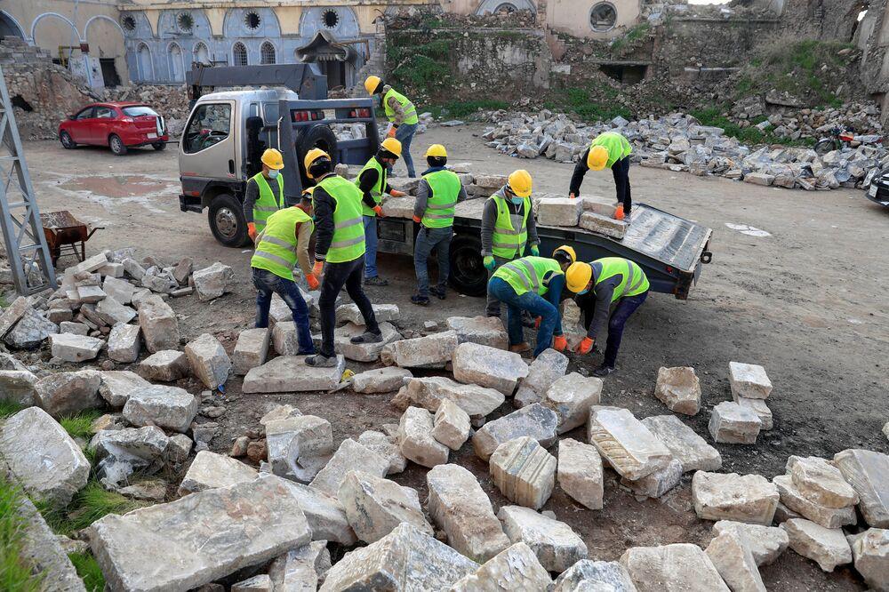 I lavoratori dell'UNESCO spostano le lastre di marmo vicino a Hosh al'Bieaa